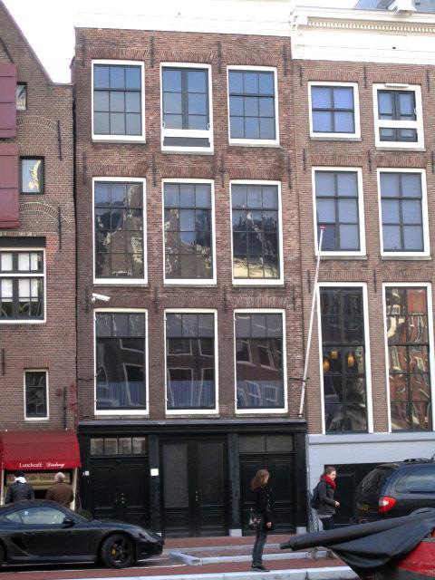 Vista frontal de la Casa de Ana Frank en Amsterdam, Países Bajos