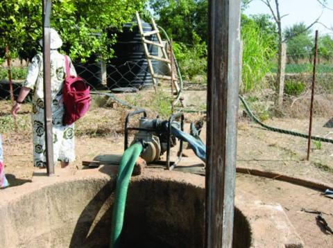 Al fondo : nuevos depósitos llenos gracias a la bomba eléctrica y la perforación Delante : grupo electrógeno y pozo initial  (CPA Bougoudang)