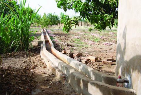 """Canales de riego en el CPA """"Esperanza"""" de Bougoudang"""